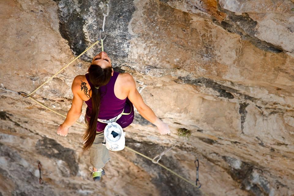 Sara Aicart escalando en Santa Linya - Foto Carlos Pérez Díaz