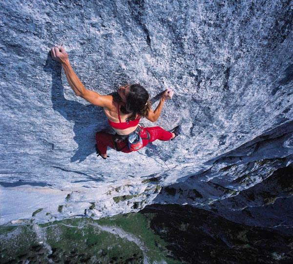 """Foto de Josune por Rikar Otegi durante la liberación de """"Yeah man"""", vía de 9 largos (con 8b+ máx) en el macizo de Gastlosen, Alpes Suizos."""