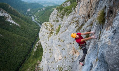 "En la foto, Bojan Hribernik escala ""itgetsbetter.org"" (7b+, 120 m), por @LukaTambaca"