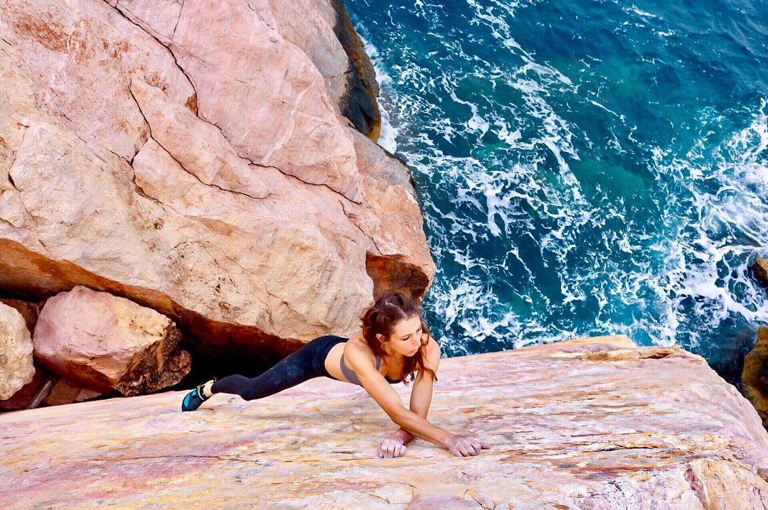 Katy Jo Meyers (alumna del programa Rock Warrior's Way, en la foto haciendo búlder en la costa del Egeo, Grecia