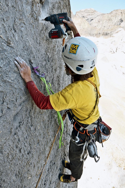Equipando una vía de escalada deportiva