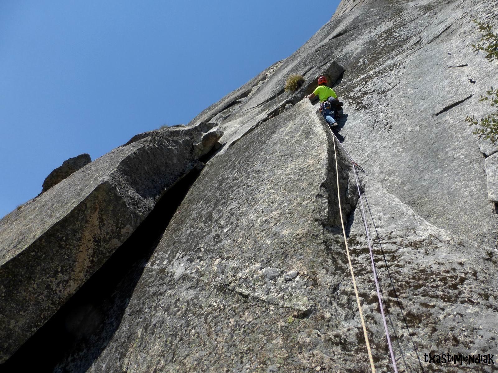Escalando en el Pico de la Miel - La Cabrera