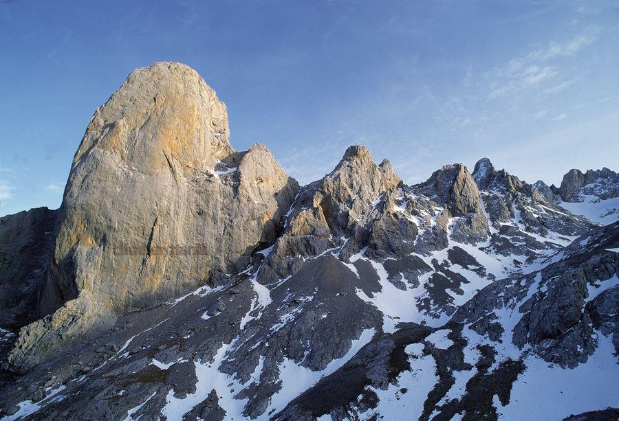 Vista de la Cara Oeste del Naranjo de Bulnes (2519 m.). Macizo Central de Picos de Europa. Asturias