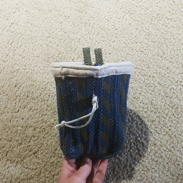 bolsa de magnesio con cuerdas de escalada