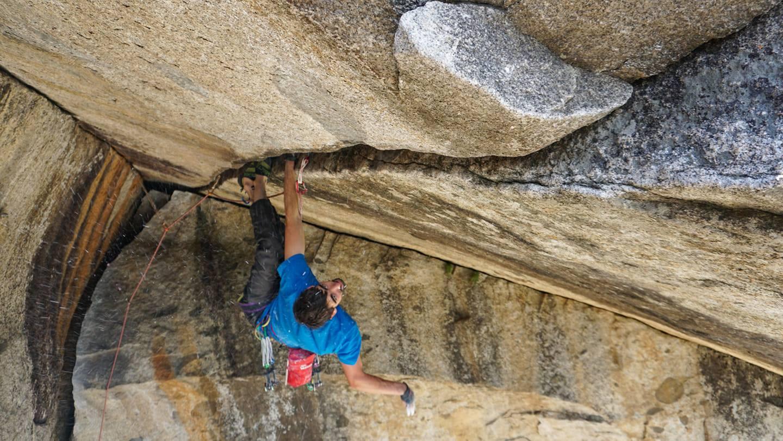 "@ignaciomulero en la famosa fisura ""Separate reality"", Yosemite, EEUU. 📸 @alejandro_karkamalico"