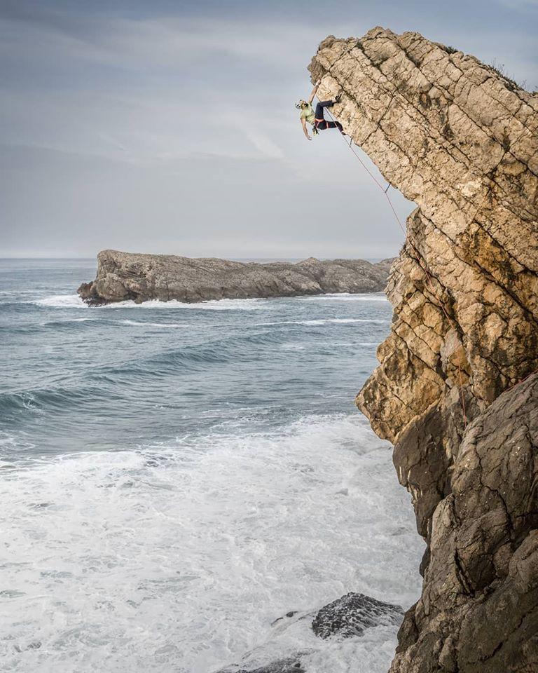Escalando en el acantilado